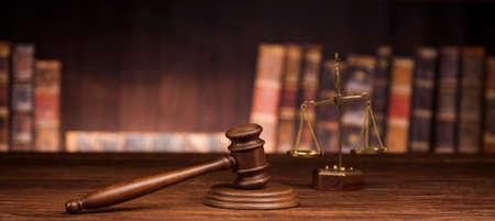 law theme, mallet of the judge, justice scale, books, wooden desk Archivio Fotografico