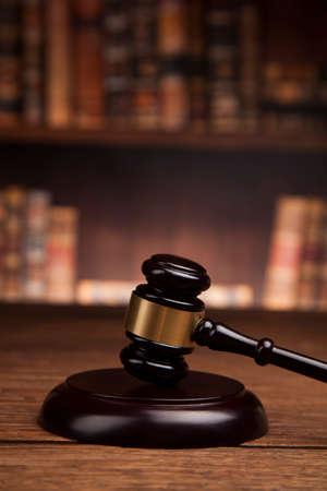 Rechter hamer en schalen van justitie en boek achtergrond Stockfoto - 70300176