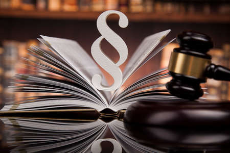 law theme, mallet of the judge, justice scale, books, wooden desk Banque d'images