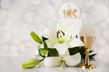 Holy communion a golden chalice with grapes and bread wafers Zdjęcie Seryjne - 73640409