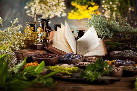 Natuurlijke geneeskunde op houten tafel achtergrond