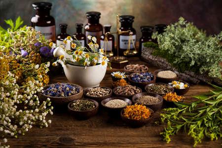 medicina natural en el fondo de la mesa de madera