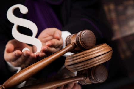 Rechter, mannelijke rechter in een rechtszaal die de hamer slaat Stockfoto