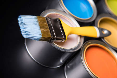 Paint can and paintbrush Banque d'images