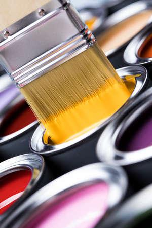 boîtes de peinture colorées avec pinceau