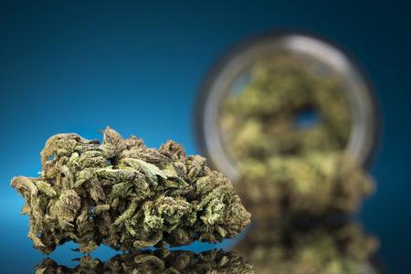 Concetto di CBD, marijuana medica, cannabis e sfondo blu