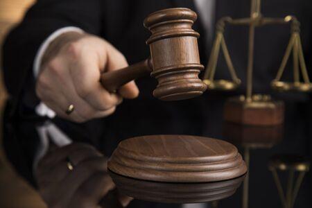 Sędzia, sędzia w sali sądowej uderzający młotkiem