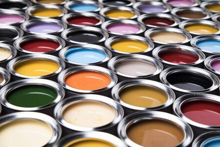 Open emmers met een verf, kleuren achtergrond Stockfoto