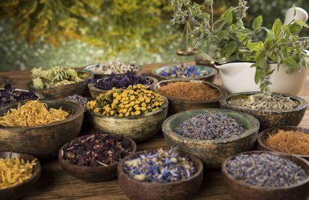 Rimedio naturale, medicina di erbe e fondo della tavola di legno