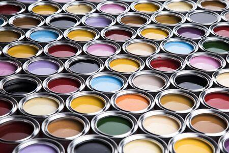 Set di barattoli di vernice colorata, sfondo dipinto