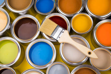 Metal tin cans with color paint and paintbrush Banque d'images