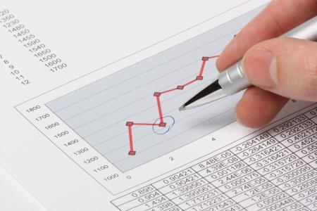 show bill: Mano con la pluma que muestra el diagrama