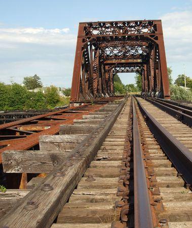 oxidado: Rusty viejo puente del tren