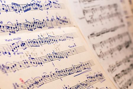 Vecchio spartito scritto a mano della canzone classica su carta da musica. Bella messa a fuoco selettiva, vista del primo piano.
