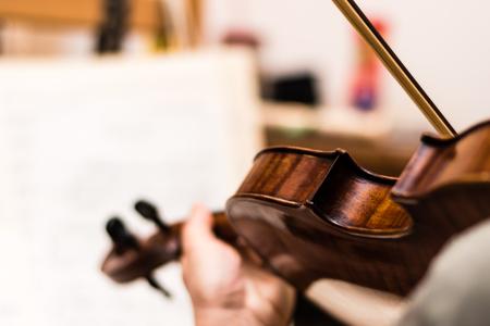 Muzikant die de bruine viool speelt. Ondiepe diepte van gebied. Stockfoto - 83323037