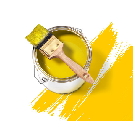 Peinture jaune boîte de conserve avec une brosse sur le dessus sur un fond blanc avec des traits jaunes