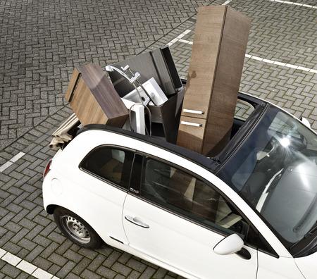 Moving Into New Home à l'aide d'une petite voiture