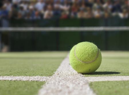 テニスコートのテニスボール 写真素材