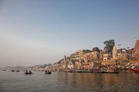 Varanasi, India, vista panorámica de la arquitectura de la ciudad antigua al atardecer visto desde un barco en el río Ganges, India
