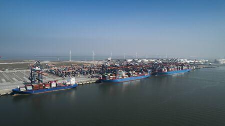 Luftaufnahme des Containerterminals im Hafen MAASVLAKTE, Niederlande. Ein großes Containerschiff von Cosco wird entladen