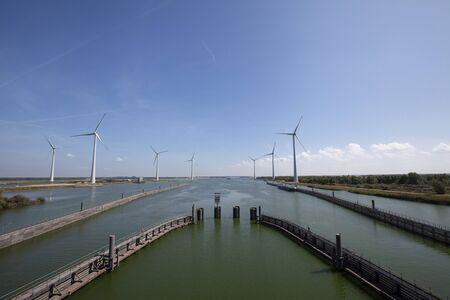 Krammersluizen meer krammer. Dronefotografie van de deltawerken in Zeeland in Nederland