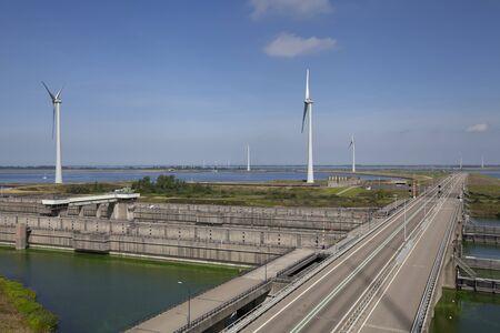 Volkeraksluizen meer krammer. Dronefotografie van de deltawerken in noord brabant in Nederland