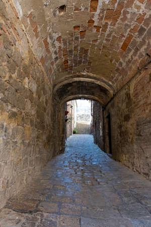 A Medieval Street in Volterra, Italy 免版税图像