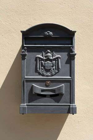 Old red Italian mail box on a wall in italy 免版税图像