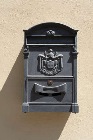 Old red Italian mail box on a wall in Lucca, Italy 免版税图像