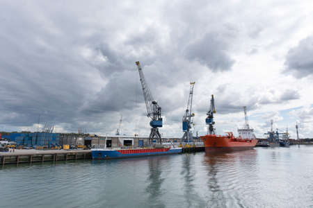 Harbor with large cranes and containers in Rotterdam, the Netherlands 免版税图像