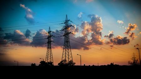torres el�ctricas: silhuettes de torres de alta tensi�n en la noche, m�stiles de alta tensi�n Foto de archivo