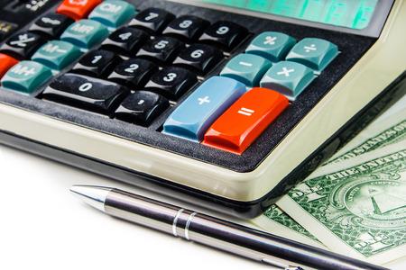 banco dinero: calculadora de estilo retro con un l�piz y un dos billetes de d�lar en el fondo blanco Foto de archivo