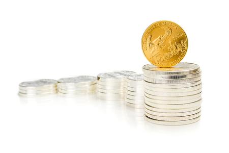 aigle royal: colonnes en pi�ces d'argent comme motif graphique de plus en plus avec une once debout d'aigle d'or