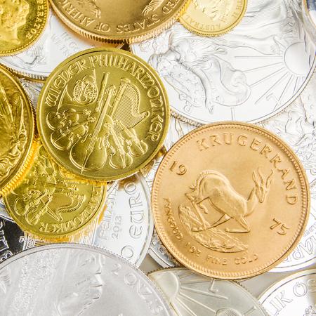 cash money: mezcla de monedas de plata y oro con distinto valor nominal y tamaño Foto de archivo