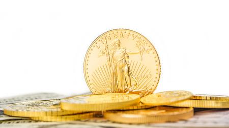 aigle royal: une once d'or aigle debout sur le bord sur d'autres pi�ces d'or Banque d'images