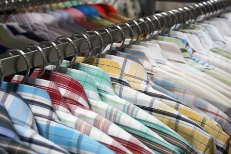 tienda de ropa: fondo de camisas que cuelgan en una percha