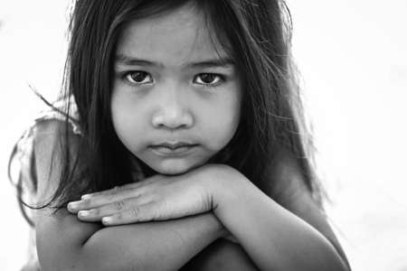 niños tristes: Chicas asiáticas están tristes. Foto de archivo