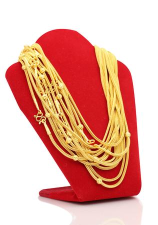 Gouden kettingen op de standaard witte achtergrond van de halsbandvertoning.