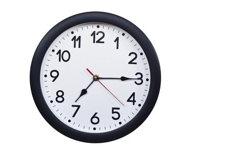 Zeitkonzept mit schwarzer Uhr um viertel nach sieben