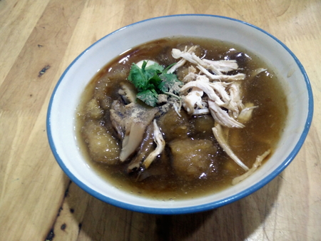 braised fish maw in red gravy soup with chicken in bowl
