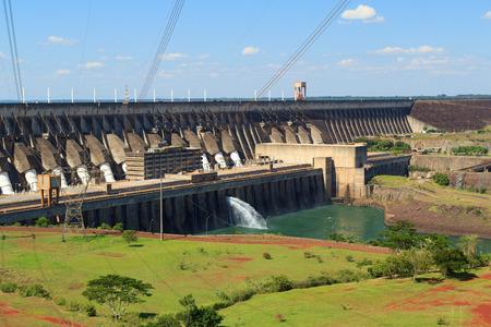 Represa de Itaipú, la central hidroeléctrica, Brasil, Paraguay Foto de archivo - 27676669