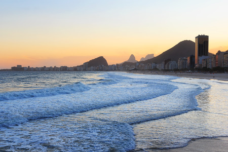 serf: La plage de Copacabana, montagne Vidigal, Pedra da Gavea, mer � lumi�re du soleil couchant, Rio de Janeiro, Br�sil
