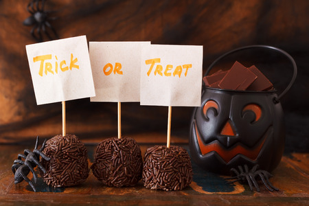 Sweets trick or treat for Halloween spiders, spider web. Selective focus on words 免版税图像 - 32169143