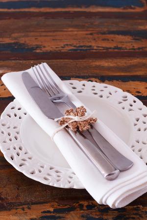 servilleta de papel: Decoraci�n de Navidad: Placa blanca servilleta tenedor cuchillo con ganchillo hecho a mano del copo de nieve de color marr�n. Enfoque selectivo. Copia espacio