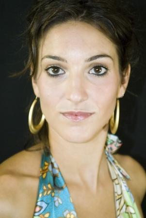 Mulher bonita com vestido colorido sobre fundo preto