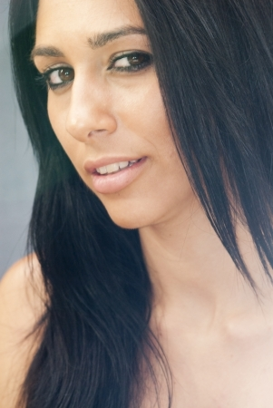 Retrato de uma mulher atraente em fundo preto