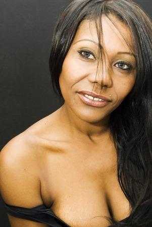 femme noir sexy: Sexy femme noire sur noir