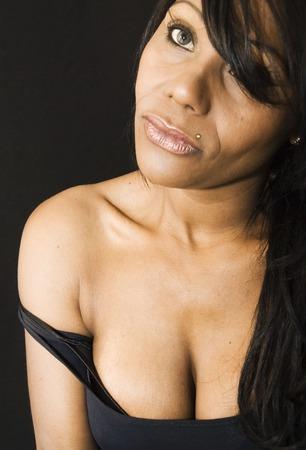 femme noir sexy: Sexy femme noire sur un fond noir