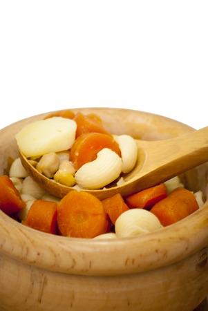 garbanzos: sopa de verduras con pasta, zanahoria y garbanzos