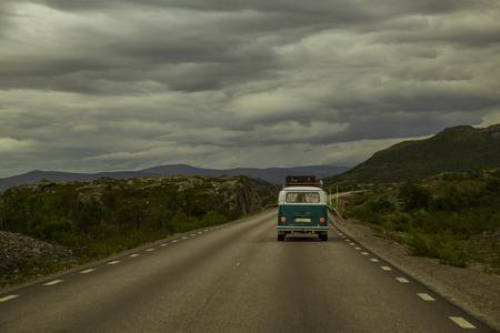 Vecchio autobus sulla strada nel nord della Svezia Archivio Fotografico